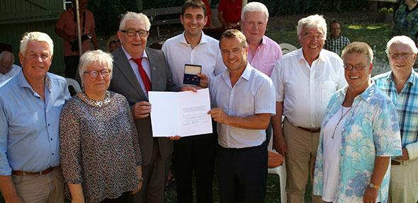 Karlheinz Henkes (3. von rechts) wurde im Rahmen einer Dankesfeier zum Ehrenvorsitzenden der SPD Worms ernannt.  Foto: Florian Helfert