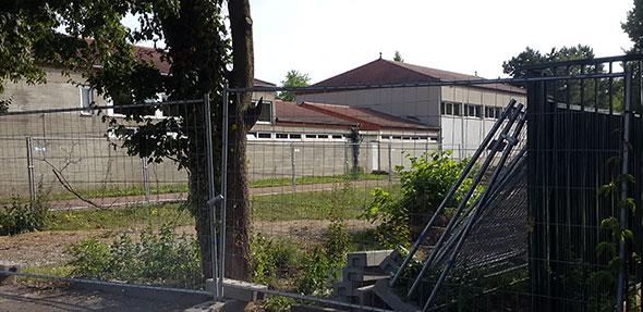 Die Bauzäune sind die ersten Vorboten – in Kürze kommt es aufgrund der Abrissarbeiten der alten Sporthalle an der Paternusschule zu kurzzeitigen Einschränkungen der Parkmöglichkeiten.