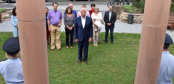 """Am """"Mahnmal für die Opfer des Faschismus"""" legte Oberbürgermeister Michael Kissel am Donnerstag einen Kranz nieder."""