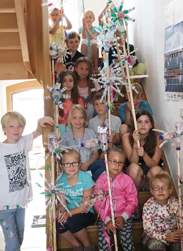 Stolz präsentierten die Kinder ihre selbst gebauten Windspiele, die nun an vielen Orten in Eich zu sehen sind