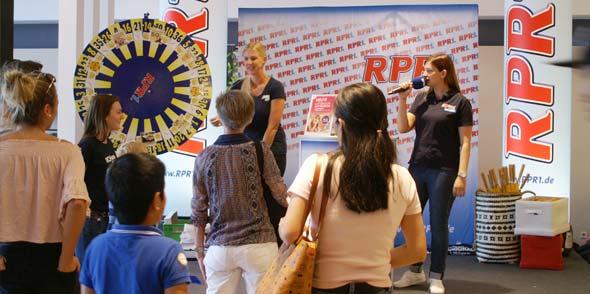 An der RPR1-Bühne im Foyer erwarteten die Gäste des Einrichtungshauses Ehrmann verschiedene Gutscheine im Wert von bis zu 50 Euro und Trostpreise wie Regenschirme oder Fußbälle für Kinder. Fotos: Florian Helfert