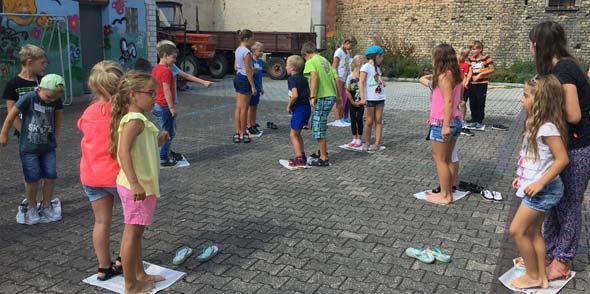 Zu Beginn des Spieletages gab es einige Kennenlern-Spiele im Hof des Jugendtreffs.