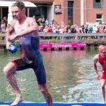 Linus Stimmel kommt aus dem Wasser, gefolgt von Henri Schoemann. Foto: Bilderschmiede Rheinhessen