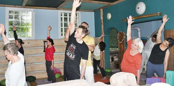 Im neuen Yogaraum, dem Gesindehaus. Mit Rama Schwab vom Yoga Vidya Ashram Bad Meinberg im Dreieck (Trikonasana) zur Streckung der Rückenmuskulatur.