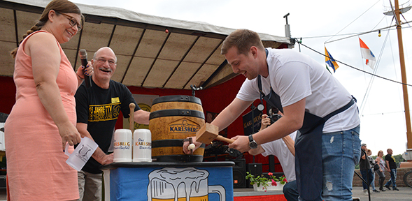 Fassbieranstich beim Bierfestival in Rheindürkheim. Foto: Gernot Kirch
