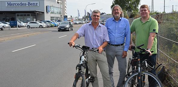 Die Grünen zeigten, von aus es entlang der Cornelius-Heyl-Straße weiter bis nach Frankenthal gehen könne. Von links: Richard Grünewald, Dr. Bernhard Braun und David Hilzendegen. Foto: Gernot Kirch