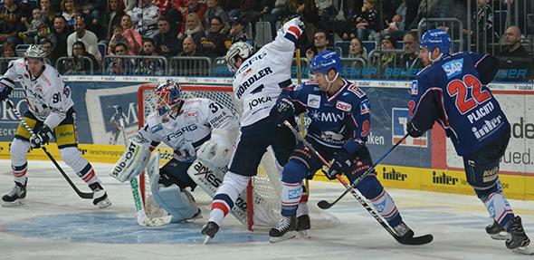 Im Play-Off-Viertelfinale der Spielzeit 2016/17 standen sich die Adler (blaue Trikots) und die Eisbären Berlin gegenüber. Foto: Gernot Kirch