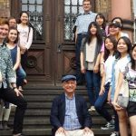Teilnehmende des Internationalen Meisterkurses für Klavier mit Prof. Josef Anton Scherrer (Bildmitte) und Prof. Manfred Aust (2. von links unten).