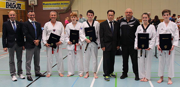 Von links: Klaus-Dieter Raab (6. Dan), Rolf Hammann (6. Dan), Dirk Schader (1. Dan), Dominik Dlugosch (1. Pom), Jonas Reich (3. Dan), Wolfgang Brückel (9. Dan), Trainer und Großmeister Anton Spindler (6. Dan), Julia Henny (3. Dan), Paul Buchert (1. Pom).