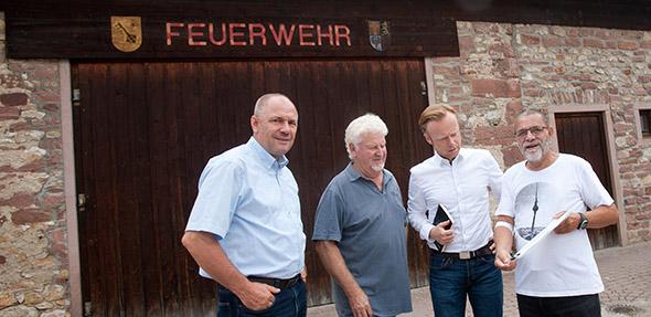 Adolf Kessel und Jan Metzler sind von Hans-Gerhard Baumgartner und Werner Holl (v.li.) um Hilfe gebeten worden, damit das ehemalige Feuerwehrhaus künftig von den Ibersheimern genutzt werden kann.
