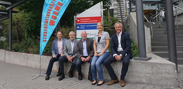 Die Verantwortlichen des Sponsorenschwimmens informierten Presse und Öffentlichkeit über die Details der Veranstaltung.