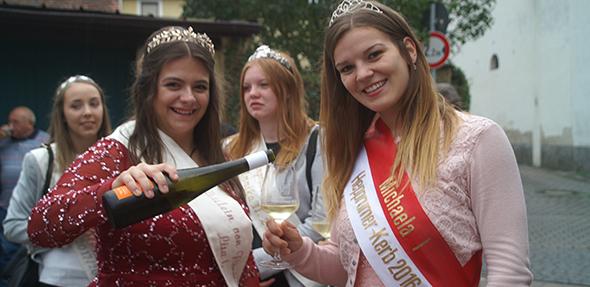 Von Links: Das Fräulein von Flörsheim, Lisa Weber, schenkt noch ein klein wenig des Jubiläumweines 1.250 Jahre Flörsheim-Dalsheim nach.