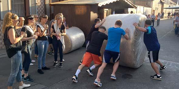 Kraft, Geschick und Ausdauer sind beim Strohballenrennen gefragt.