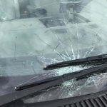 Die beschädigte Windschutzscheibe. Foto: Polizei