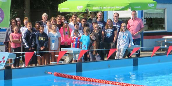 Nach den 24 Std. fanden sich noch einige Schwimmer/innen zum Gruppenfoto mit dem Sportdezernenten Uwe Franz auf der Beckenplattform ein. Ein Großteil der Schwimmer hatte schon den Weg ins warme Bett angetreten.