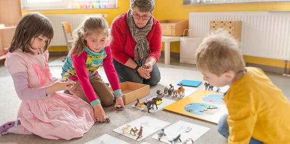 Das umfangreiche Montessori Material bietet hier den idealen Rahmen am Interesse des Kindes anzuknüpfen, damit es sich in seinem Tempo mit individueller Begleitung entwickeln kann.