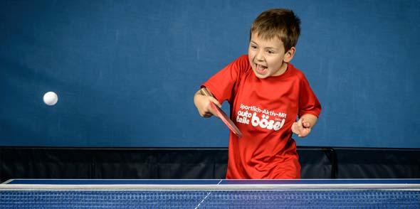 Klein aber oho: Tim Nicolay lässt die kleine Plastikkugel am Leiselheimer Trappenberg fliegen. Das achtjährige Tischtennis-Talent hat trotz tropischer Hitze in der Sporthalle beim Training mächtig Spaß am schnellen Rückschlagsport.