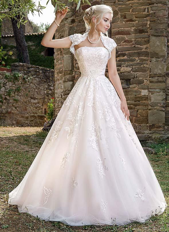 Romantisches Spitzen-Brautkleid in hauchzartem Rosé mit Schleppe, kombiniert mit passendem Bolero-Jäckchen