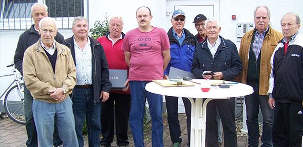 Die Spieler der Siegermannschaften von Platz 1 bis 3 mit dem Ortsvorsteher von Pfiffligheim, Ernst-Dieter Neidig.