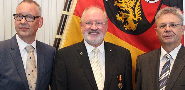 Von links: Dr. Frank Peter, Beigeordneter der Gemeinde Bobenheim-Roxheim, Manfred Gräf, sowie der Präsident der SGD Süd, Prof. Dr. Hans-Jürgen Seimetz.