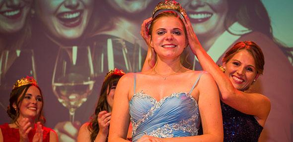 Die neue Rheinhessische Weinkönigin heißt Lea Kopp. Die 22 Jahre alte Erzieherin aus Nierstein wird nun ein Jahr lang zusammen mit den Weinprinzessinnen Jasmin Breitenbach, Cathrin Breitkopf, Sina Hassel und Katja Hattemer die Weine und Winzer des größten deutschen Anbaugebiets vertreten. Foto: Rheinhessenwein