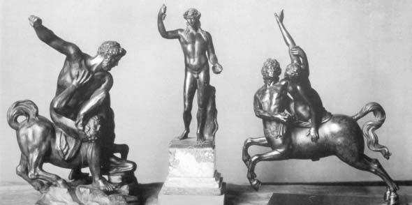 """Die vor 1927 entstandene Abbildung zeigt rechts die erste Erwerbung von Heyls, die heute verschollene »Nessus und Deianeira«-Gruppe eines nordalpinen Nachfolgers Giambolognas. Die Gruppe """"Herkules erschlägt den Kentaur Eurythion"""" (rechts) und der """"Dionysos"""" in der Bildmitte werden in der Sonderausstellung """"Die italienischen Kleinbronzen und Plaketten der Stiftung Kunsthaus Heylshof"""" gezeigt."""