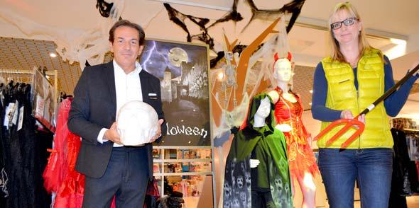 Spinnengewebe, Leuchtspinnen, Gespenstergirlanden & Co. verwandeln die eigenen vier Wände im Handumdrehen in eine heimische Geisterkulisse. Die Galeria Kaufhof ist mit einer großen Auswahl an Accessoires und Kostümen für ein schaurig-schönes Halloween-Fest gerüstet. Foto: Steffen Heumann