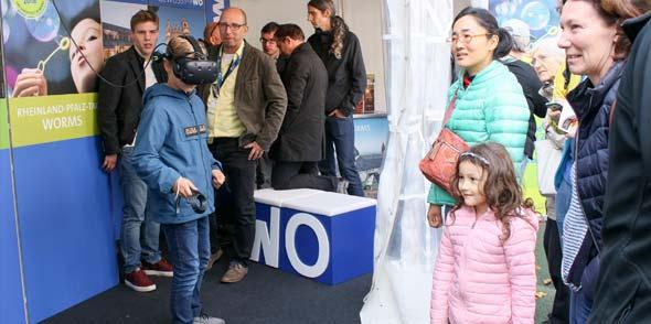 Auch beim Rheinland-Pfalz-Tag im kommenden Jahr sollen die Wormser Highlight-Veranstaltungen an Virtual-Reality-Ständen virtuell erlebbar werden. Foto: Stefan Sämmer