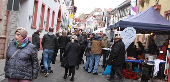 Gut besuchte Flaniermeile am verkaufsoffenen Sonntag  in Osthofen . Foto Karolina Krüger