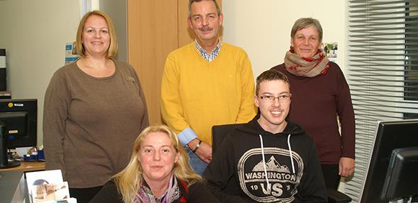 Von links: Barbara Müller, Silke Staaden (beide IKK Südwest), Harald Stark (Geschäftsführer Bernd-Jung-Stiftung) , Praktikant Justin Stroh und Sabine Ostertag (Inttegrationsfachdienst) hoffen auch weiterhin auf eine gute Zusammenarbeit. (Foto: Florian Helfert)
