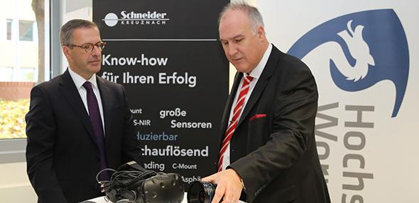 Von links: Präsident der Hochschule Worms Jens Hermsdorf und Geschäftsführer der Schneider-Kreuznach Dr. Thomas Kessler am Tag der Unterzeichnung der Kooperationsvereinbarung.