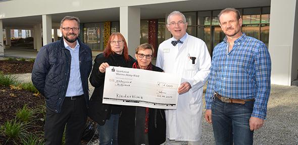 Spendenübergabe am Mittwoch. Von links: Andrea Weiss, Petra Bachor, Doris Weber (alle Fiege), Prof. Dr. Heino Skopnik und Eduard Massini (Fiege). Foto: Gernot Kirch