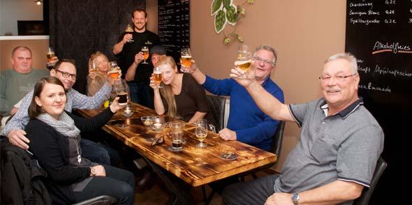 """Gerne präsentiert Dipl.-Braumeister Uli Sander(stehend) seine Bier-Spezialitäten. Genauso freut er sich darauf, gesellige Menschen im """"Schalander"""" begrüßen zu dürfen. Foto: Robert Lehr"""