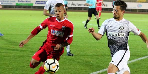 Jonathan Zinram (links) und seine Mitspieler vom Regionalligisten VfR Worms, konnten den Schwung vom 1:0-Sieg gegen den SV Elversberg leider nicht mitnehmen und unterlagen verdient mit 0:2 beim SV Röchling Völklingen. Foto: Felix Diehl