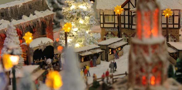 Im Mini-Wunderland der N-Bahn-Freunde gibt es ihn schon: den romantisch verschneiten Weihnachtsmarkt.