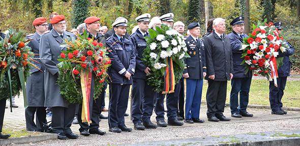 Auf dem Wormser Friedhof erinnerten am Volkstrauertag zahlreiche Repräsentanten den Opfern und Krieg und Gewaltherrschaft. Foto: Gernot Kirch