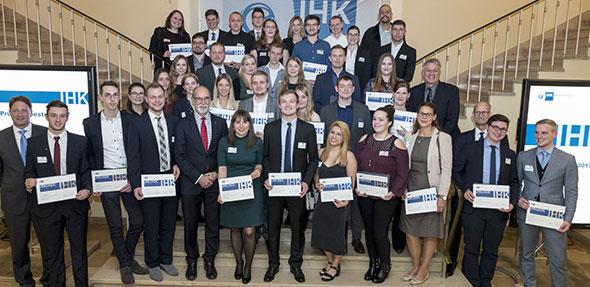 Das sind die Besten aus dem IHK-Bezirk Mainz: Nach der Ehrung durch IHK-Präsident Dr. Engelbert J. Günster versammeln sich die Prüfungsabsolventen mit der Note eins zum Siegerfoto. Foto: IHK Rheinhessen/Stefan Sämmer