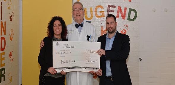 Spendenübergabe am Donnerstag. Von links:  Gaby Rosato, Prof. Dr. Heino Skopnik und Daniel Bösel. Foto: Gernot Kirch
