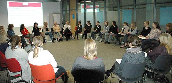 Interessiert diskutieren Professorinnen und Studentinnen die vielfältigen Perspektiven des Professorinnen-Berufs.