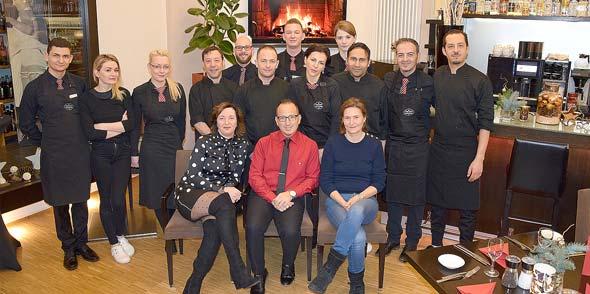 Das Ambiente-Team rund um Mario d'Errico wünscht seinen Gästen ein gesundes Jahr 2018. Foto: Vera Beiersdörfer