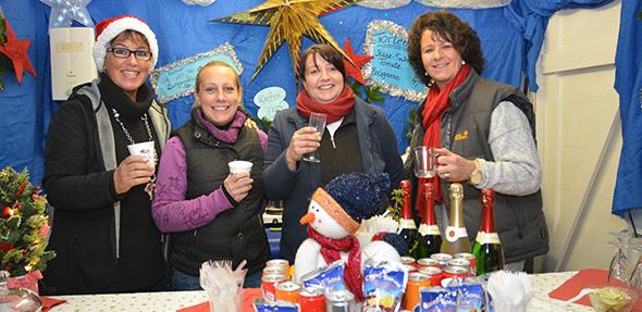 Der Weihnachtsmarkt in Bobenheim-Roxheim lockt mit Geselligkeit, heißem Glühwein und Erfrischungsgetränken. Fotos: Gernot Kirch