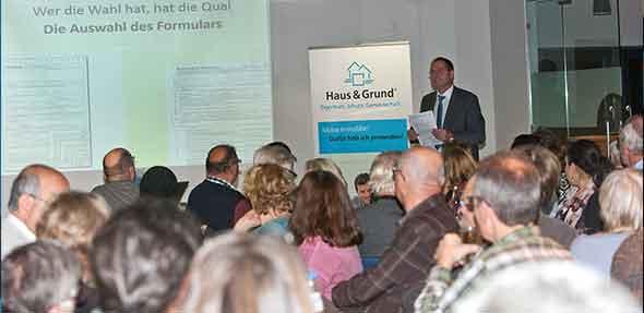Der Vorsitzende Hans-Joachim Lock informiert viele interessierte Gäste darüber, wo überall Tücken beim Ausfüllen eines Mietvertrags lauern.