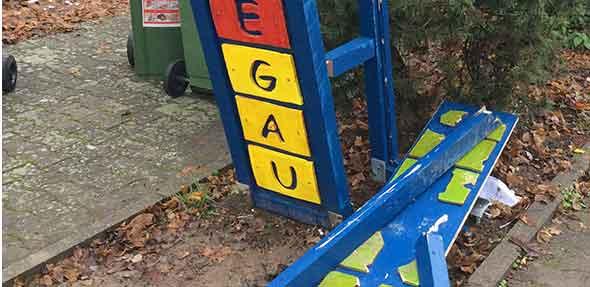 Das Schulschild an der Einfahrt zur Wonnegauschule in Osthofen wurden durch ein Fahrzeug zerstört.