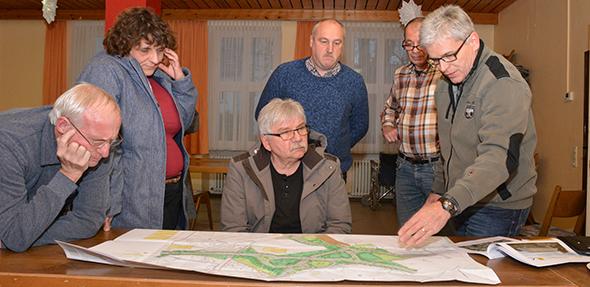 Interessierte Bürger ließen sich von LBM-Mitarbeiter Martin Strehler (rechts) in die Herausforderungen bei der Umsetzung der B 47 neu einweisen. Foto: Gernot Kirch