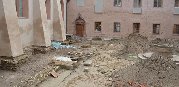Wo bis vor kurzer Zeit noch die Ausgrabungen der Archäologie stattfanden, sollen im Innenhof des Andreasstiftes bis zum Jahr 2021 zwei Kreuzgänge neu entstehen. Foto: Gernot Kirch