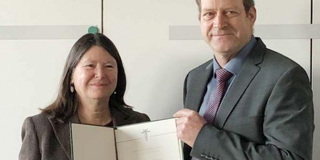 Die Urkundenüberreichung am Ministerin Ulrike Höfken durch den Stiftungsvorsitzenden Erhard Kunz.