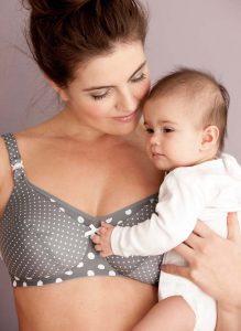 Mit den Still-BHs von Anita fühlen sich Mutter und Kind wohl.