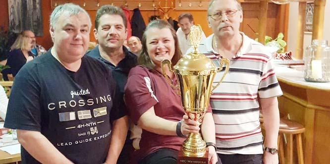 Ein Teil der 1. Mannschaft präsentiert ihren Pokal mit Thomas Ebert, Horst Breth, Sheila Touchet und Scott Hippe (von links).