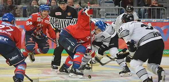Es war ein hart umkämpftes Match zwischen den Mannheimer Adlern (rote Trikots) und den Nürnberg Ice Tigers. Foto: Gernot Kirch