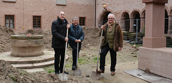 Symbolischer Spatenstich im Innenhof des Andreasstiftes. Von links: Hans-Joachim Kosubek, Dr. Josef Mattes und Jürgen Hamm. Foto: Gernot Kirch